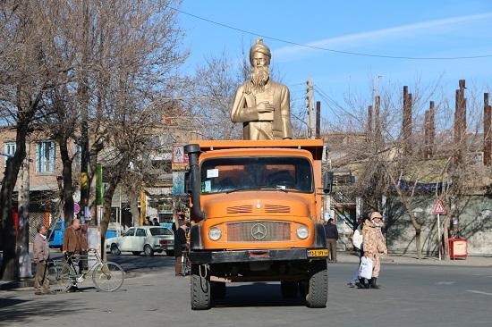 تخریب مجسمه سعدی در سلماس2 (1)
